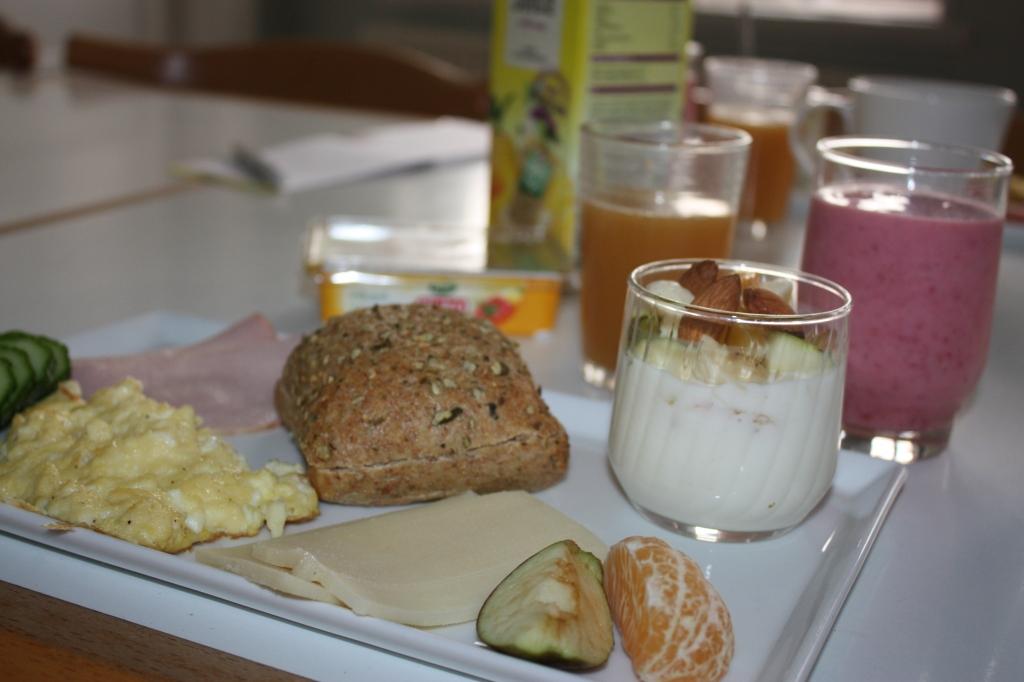 Rundstykke, scrable eggs, A38 med frugt, juice og smoothie! Mums....